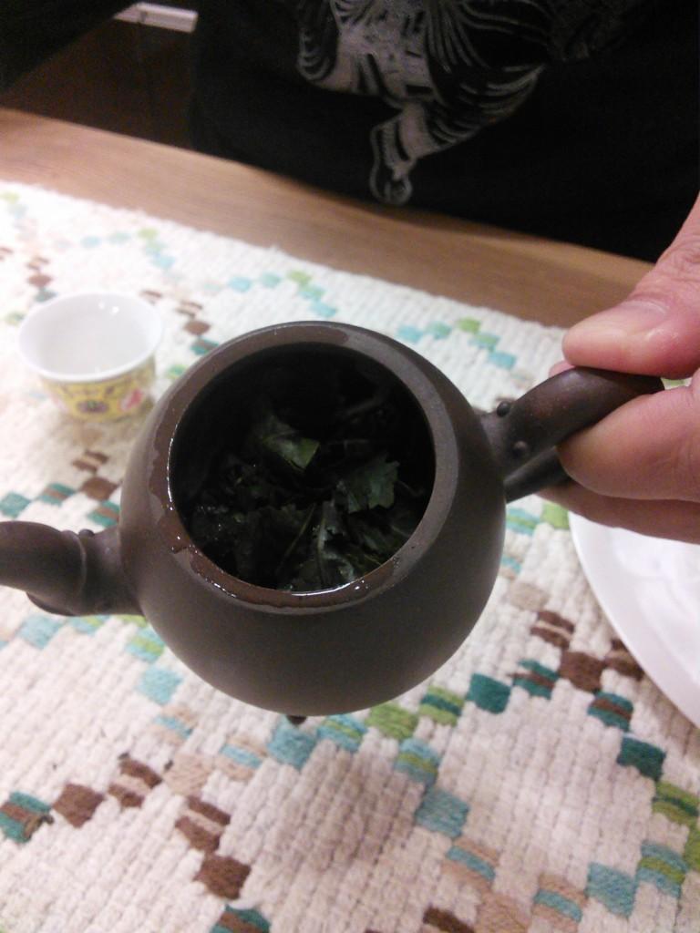 溢れる茶葉